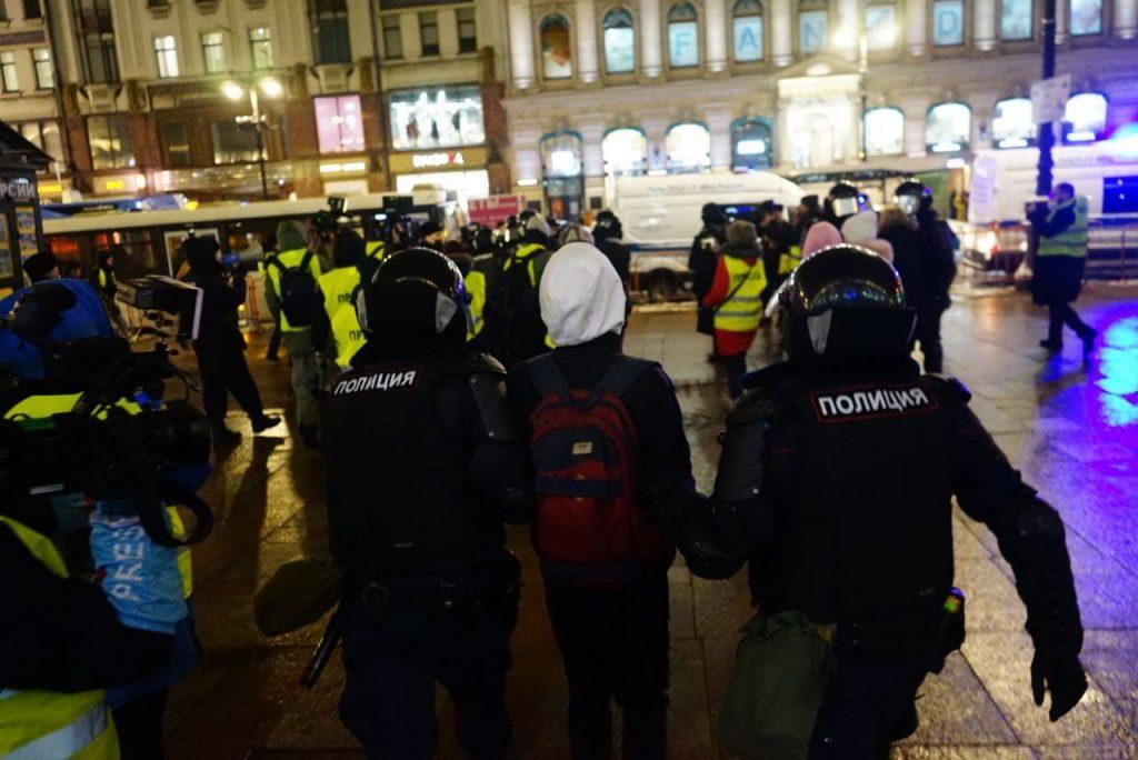 Наперегонки с ОМОН: как петербуржцы ночью устроили незаконное шествие после приговора Навальному