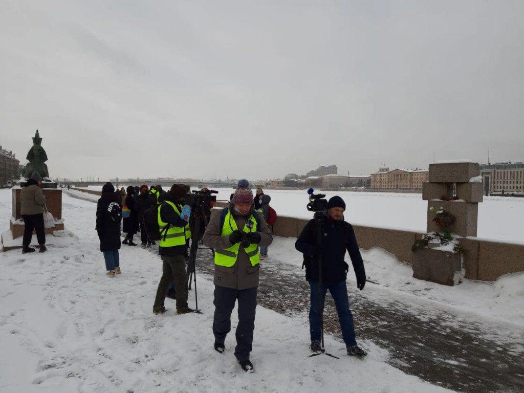 Над участниками акции «Цепь солидарности и любви» в Петербурге летает вертолет