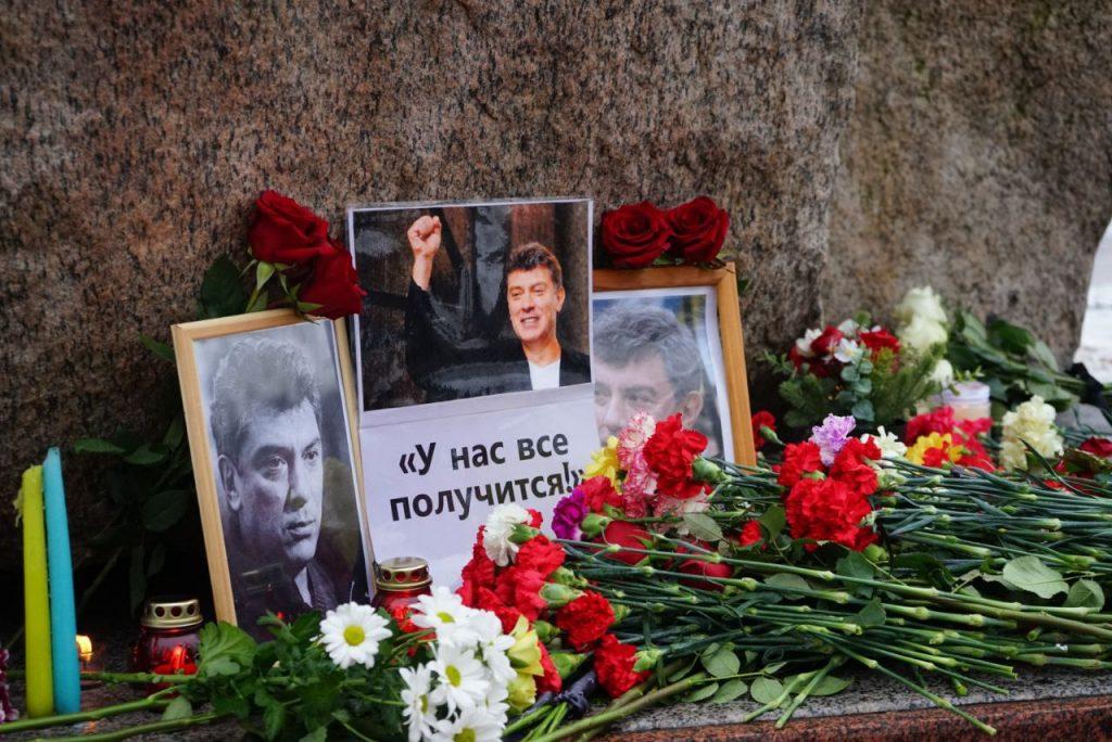У Соловецкого камня в Петербурге прошла мирная акция памяти Бориса Немцова — фоторепортаж