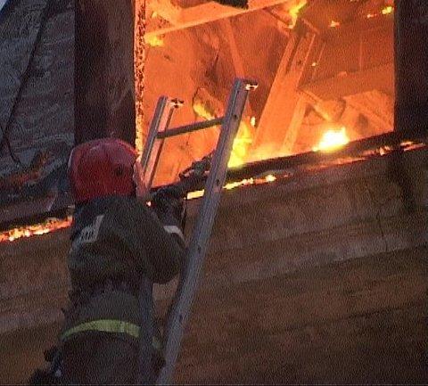 В Парголово полтора часа тушили загоревшийся частный дом