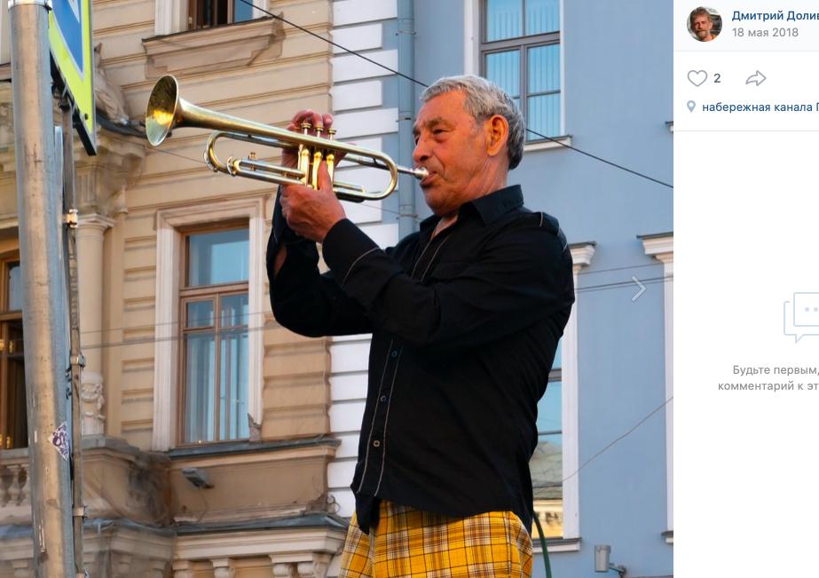 Легендарный уличный музыкант дядя Миша поздравил петербурженок с 8 марта