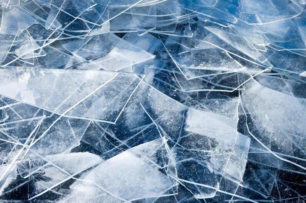 В Сертолово ребенок провалился под лед, вылез и застрял на льдине