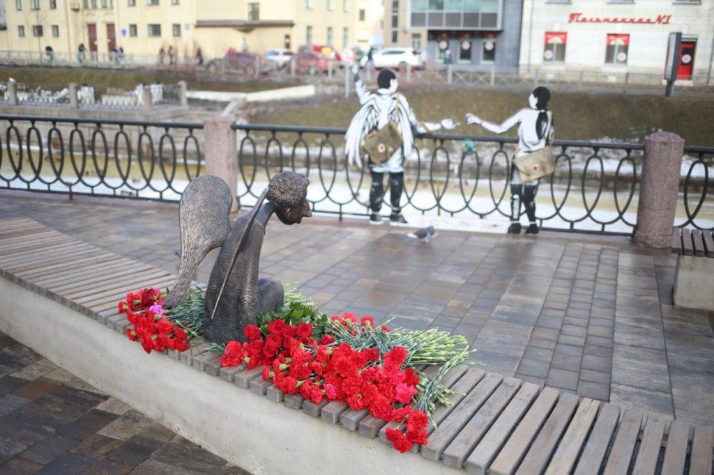 На набережной Карповки открыли памятник медикам, погибшим в «бою» с COVID-19 — фоторепортаж