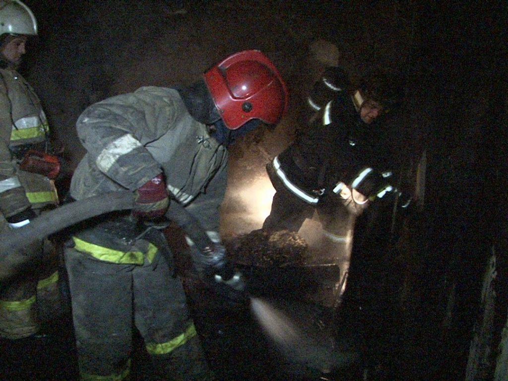 Загоревшийся садовый дом в Петергофе тушили более двух часов