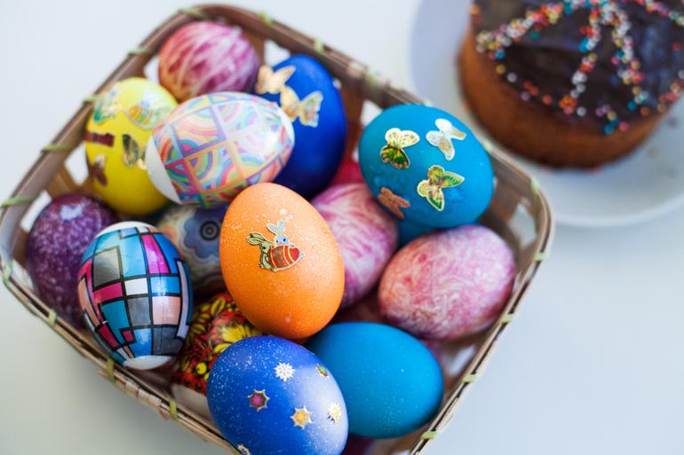 Покрас Лампас и другие художники раскрасили гигантские пасхальные яйца в Петербурге