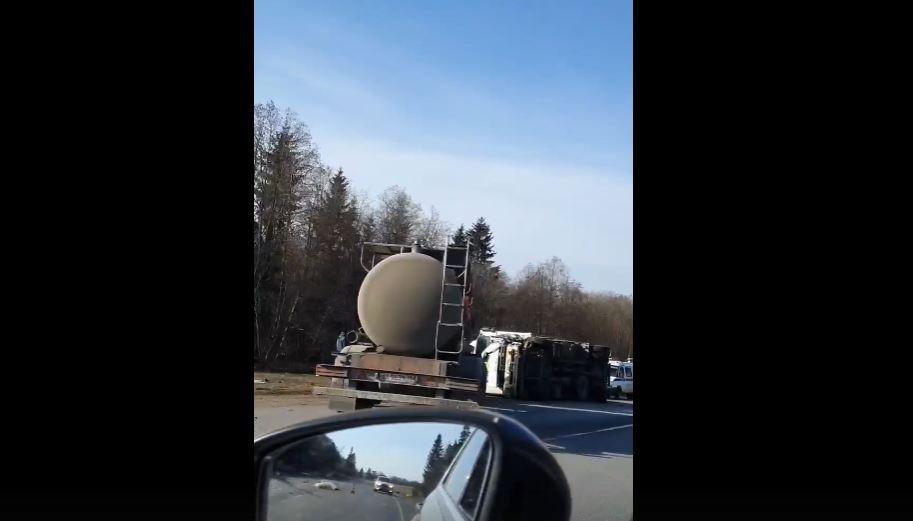 На трассе «Нарва» водитель «Волги» разбился в аварии с двумя грузовиками
