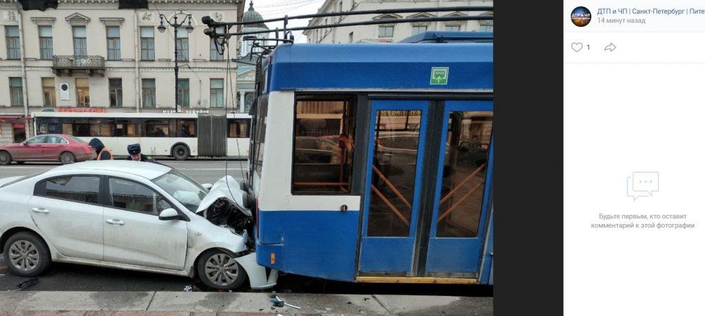 Автомобиль протаранил троллейбус на Невском, на месте реанимация и спасатели