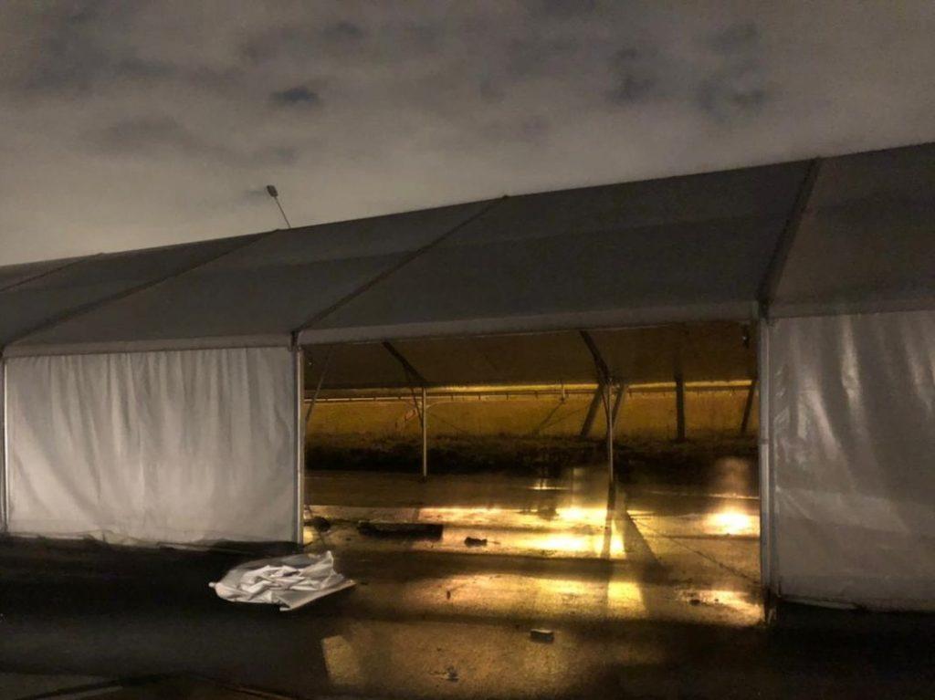 В Петербурге задержали мужчину, который ночью пытался разобрать шатер