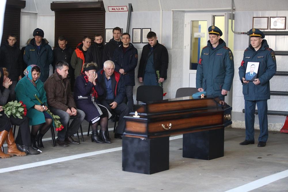 В Петербурге простились с погибшим при тушении «Невской мануфактуры» спасателем: фоторепортаж Gazeta.SPb