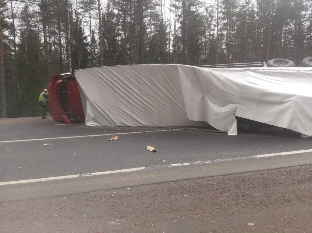 В Ленобласти фура перевернулась и перекрыла движение по трассе «Скандинавия»