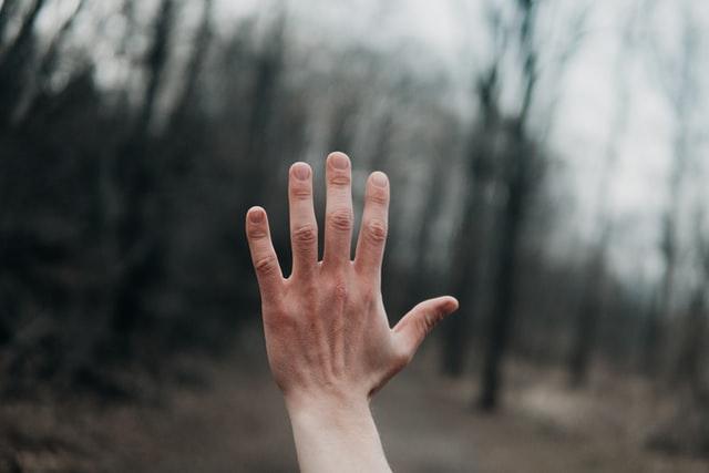 Врач рассказал, признаком какого заболевания могут быть холодные руки