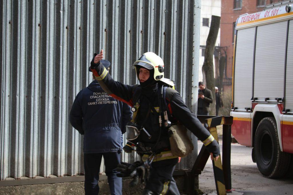 Дома у пылающей «Невской мануфактуры» эвакуируют вместе с вещами