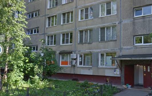 На Дыбенко мужчина залетел в квартиру и угрожал ножом