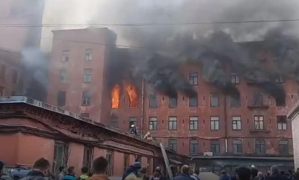 На территории «Невской мануфактуры» могут сгореть машины «Яндекс. Драйва»