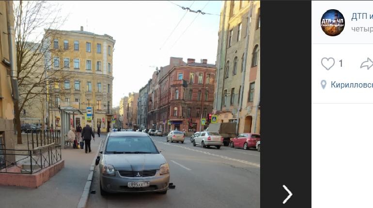 В Петербурге еще один агрессор: он разбивает зеркала автомобилей