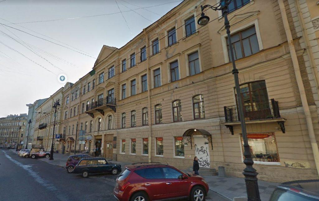 Не дожидаясь благоустройства: лепнина продолжает падать на головы жителей Петербурга