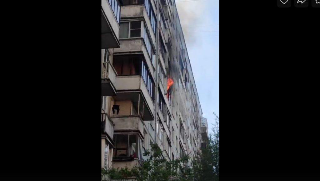Спасатели больше двух часов тушили балкон на Индустриальном проспекте