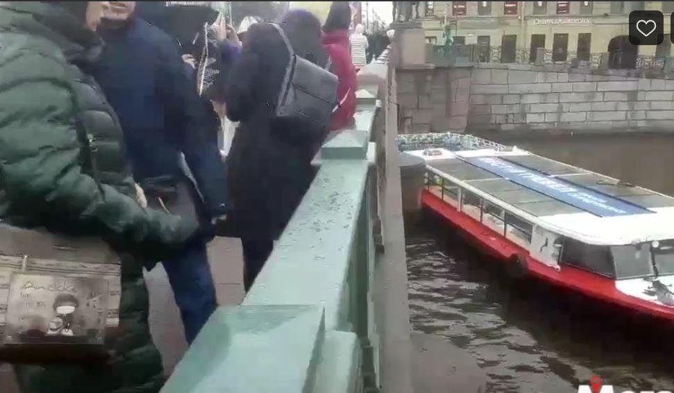 Теплоход столкнулся с опорой Аничкова моста, аварией заинтересовалась прокуратура