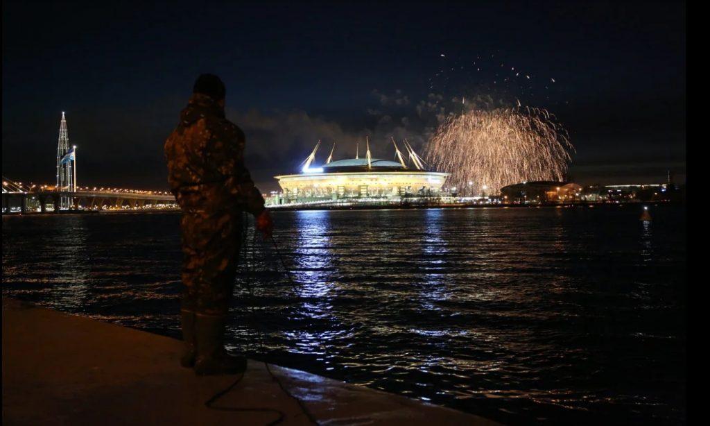 Небо над Петербургом украсил праздничный салют в честь победы «Зенита»: фоторепортаж Gazeta.SPb