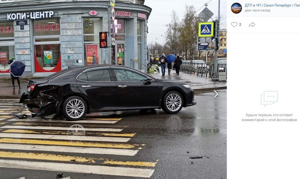 Два автомобиля разбились на перекрестке Бабушкина и Елизарова