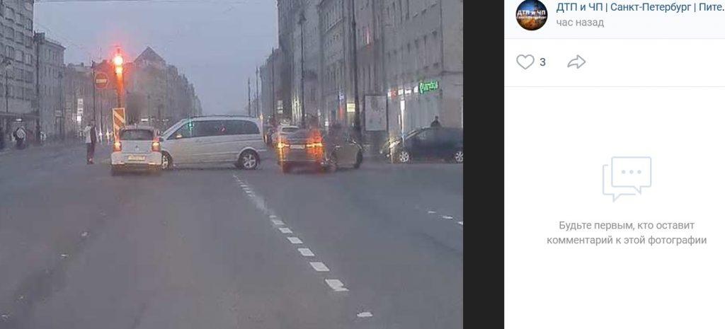Микроавтобус и легковушка не смогли разъехаться на пересечении Лиговского проспекта и Транспортного переулка