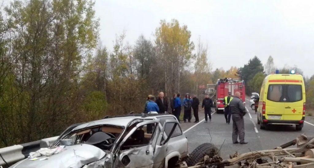Спасатели провели деблокировку пострадавших из машин после ДТП в Лужском районе