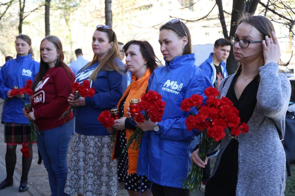Стихийные мемориалы, подробности о жизни стрелка, похороны погибших: второй день после трагедии в казанской школе