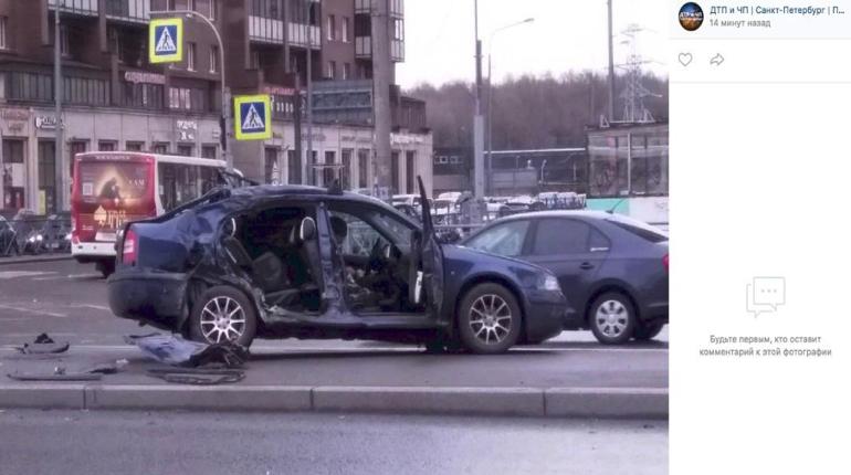 Авария в Петербурге на Богатырском оставила «Шкоду» без дверей