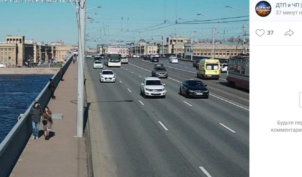 На мосту Александра Невского мужчина попал под колеса автомобиля