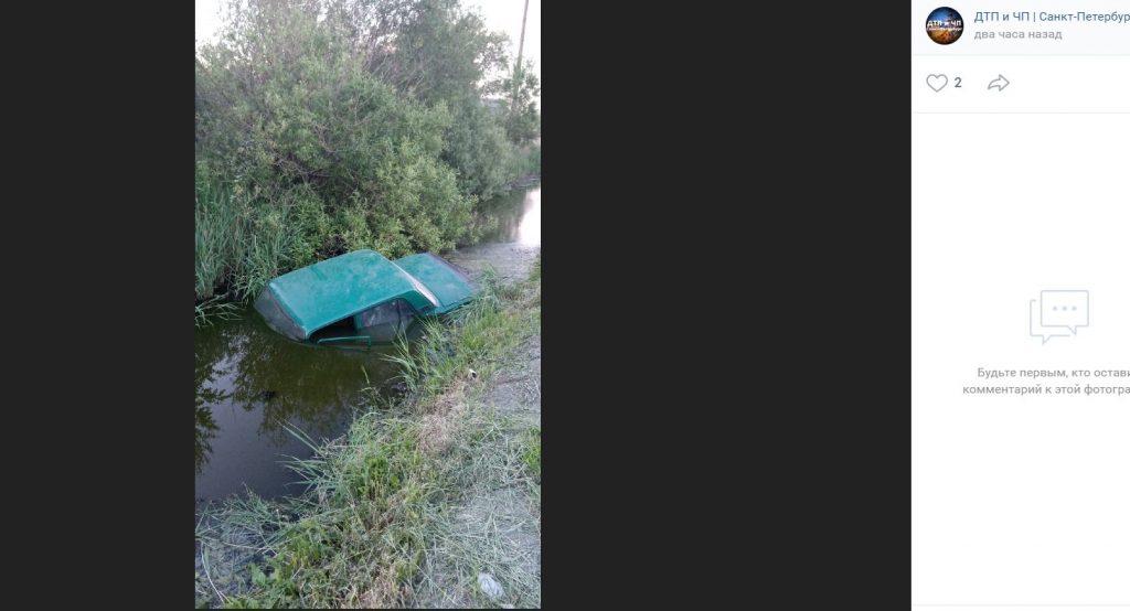 «Жигули» утонули в канаве на Московском шоссе