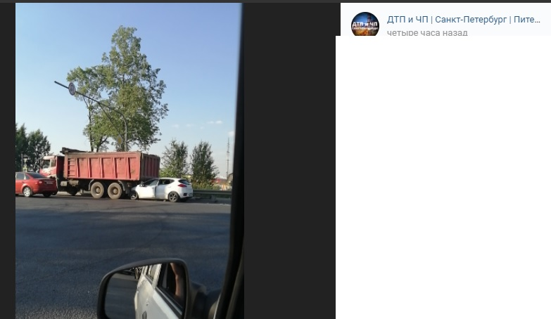 На Московском легковушка оказалась под самосвалом