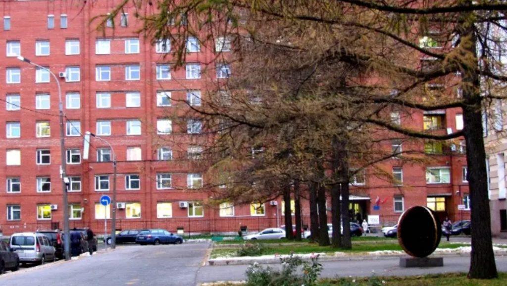 Под окнами Покровской больницы нашли труп