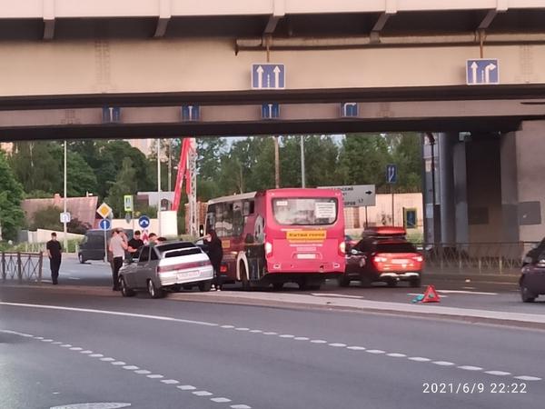На Выборгском шоссе массовая авария с участием маршрутки