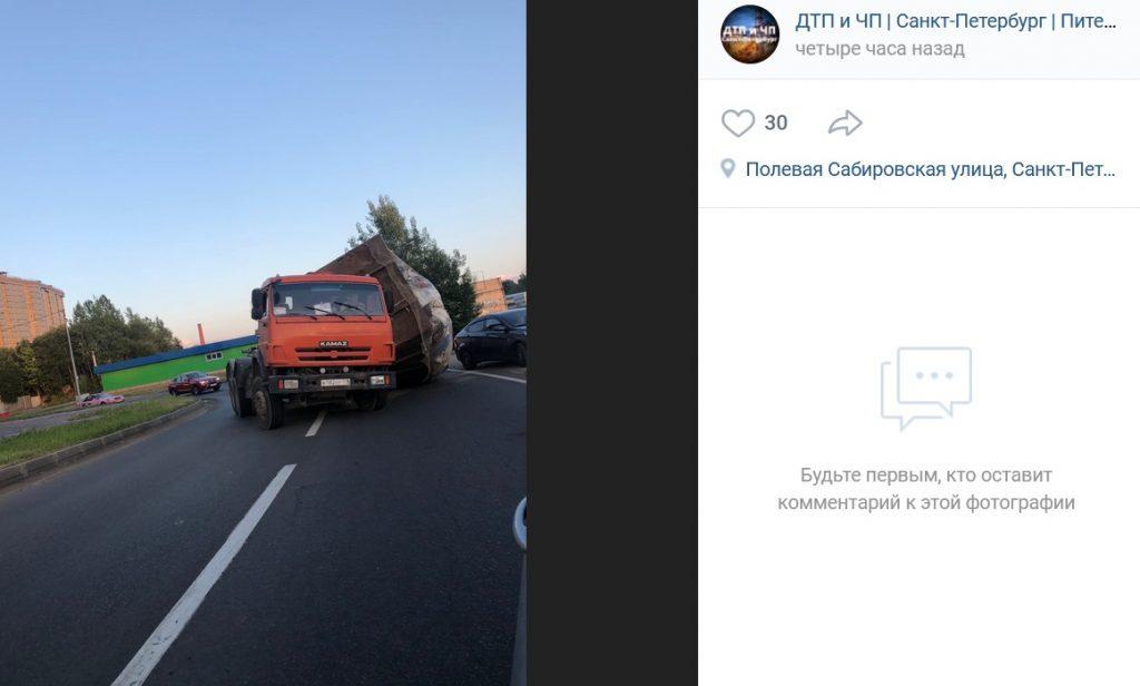 Мусоровоз уронил кузов на Полевой Сабировской