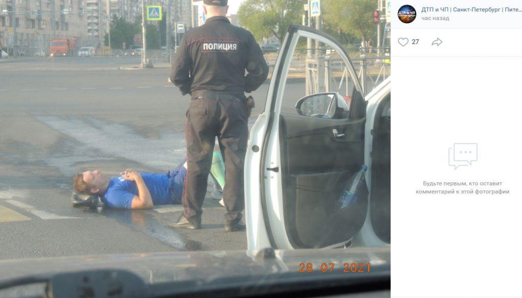 Спортсмен попал под машину на перекрестке на Косыгина