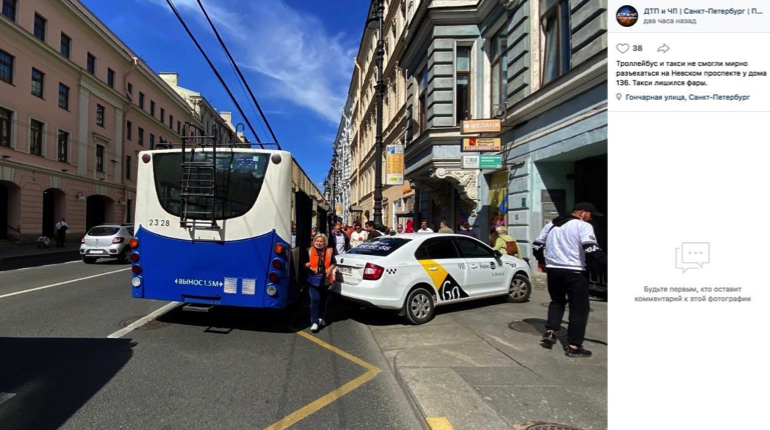 ДТП на Невском: троллейбус смотрит, как такси развалилось на тротуаре