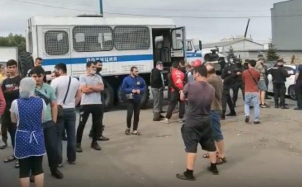 На рынках Петербурга задержали около 100 нелегальных мигрантов