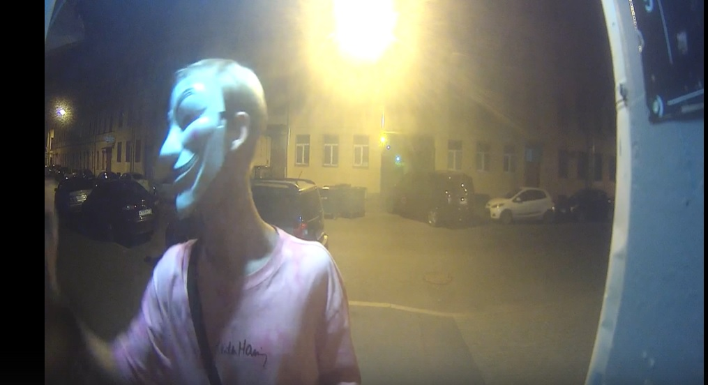 На Коломенской хулиганы разрисовали уличные двери