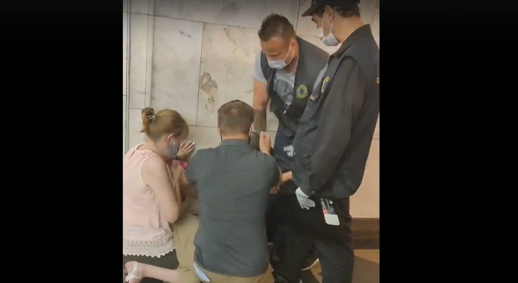 На «Нарвской» сотрудник метро якобы «придушил» немого пассажира из-за маски