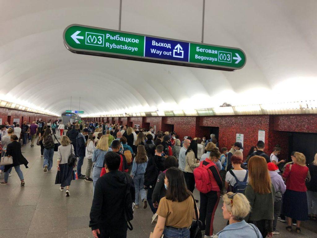 В метро Петербурга толпы людей собрались на парад