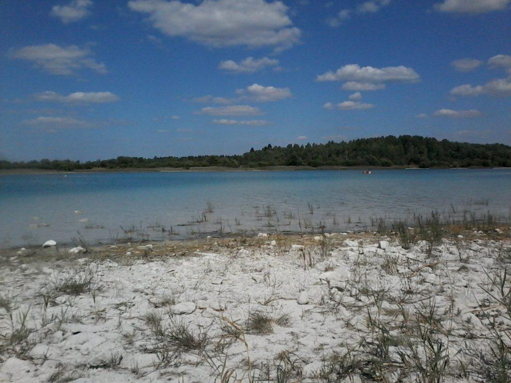Чиновники рассказали, почему за мусор на озере Донцо не штрафуют