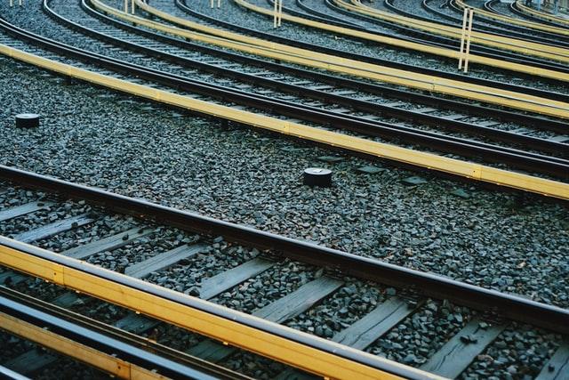На железной дороге под Гатчиной двое мужчин украли 3,7 тонны рельсов