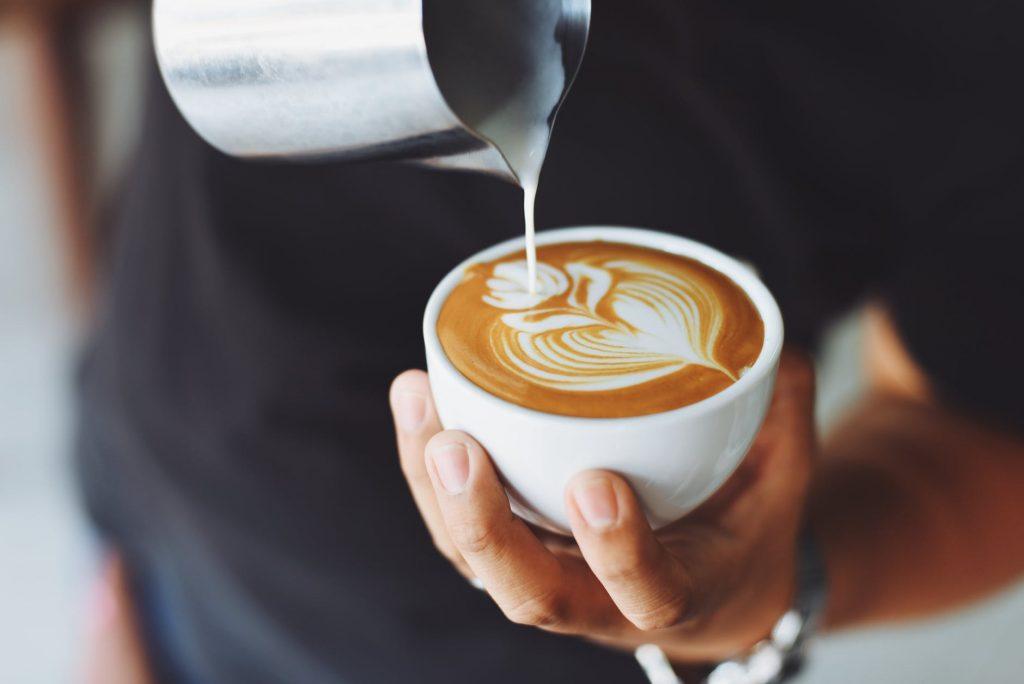 Врач рассказал об опасности кофе по утрам