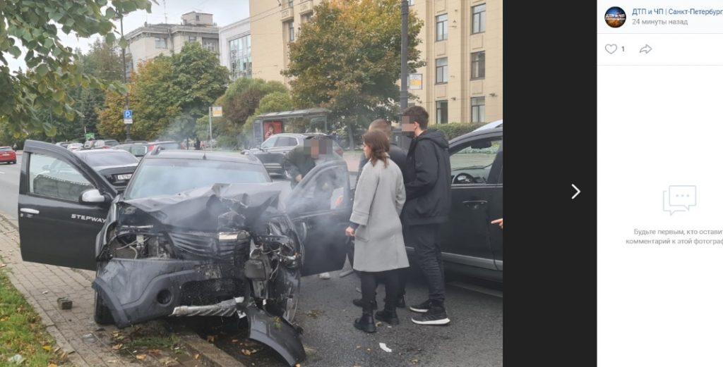 Дорога в осколках и поваленный столб: серьезное ДТП произошло на Московском