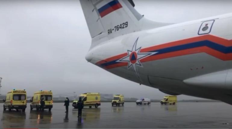 МЧС показало видео с севшим во Внуково самолетом с расстрелянными студентами из Перми