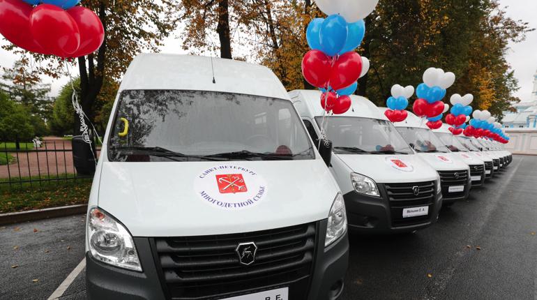 Беглов вручил ключи от 11 микроавтобусов многодетным семьям