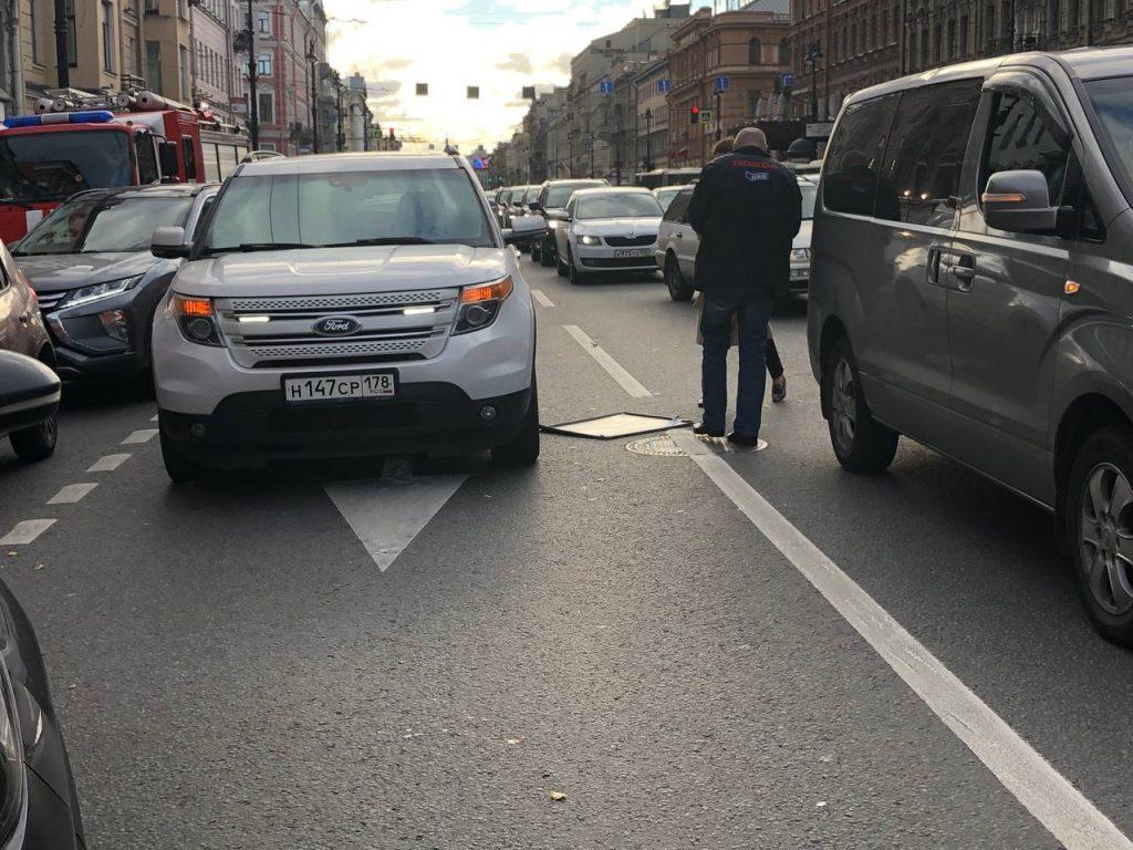 В Петербурге бушует ветер: на Невском упали знак и стекло