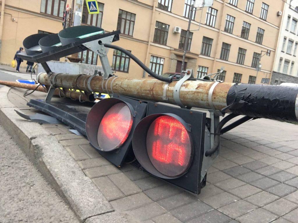 Ветровал, ДТП и плавающие на тротуарах утки: в Петербурге не стихает ветер