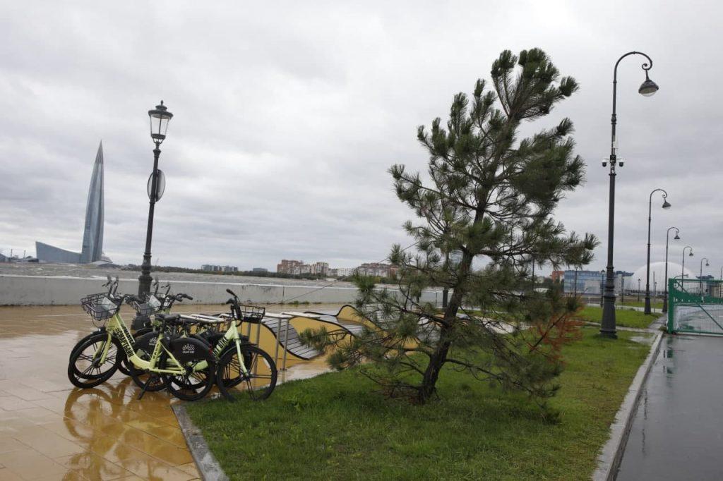 Затонувший теплоход, потоп в метро и шторм на заливе: как Петербург пережил ураган