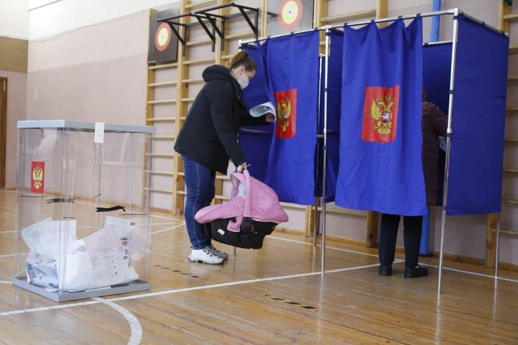Петербуржцы, несмотря на будний день, активно голосуют: фоторепортаж GazetaSPb